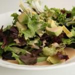 外食で最初に出るサラダを真っ先に食べるのはどうなの?